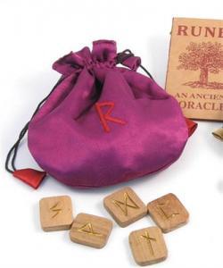 Regnbågsvävar Tygpåse med runor i trä