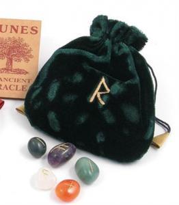 Regnbågsvävar Sammetspåse med runor i sten