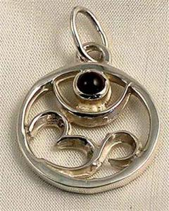 Regnbågsvävar Hängsmycke, Om-tecken i silver med Granat